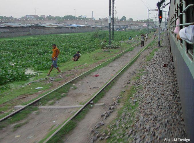 線路沿いで用を足すインド人