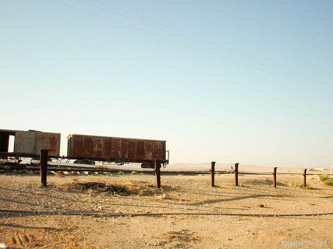 砂漠の中の貨物列車
