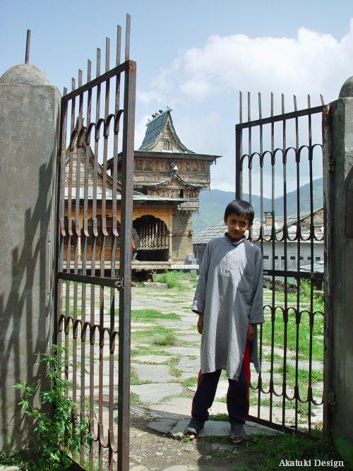 カダラン・ライレムール寺院と少年
