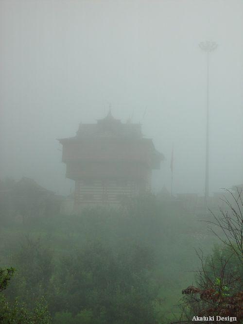 霧の中のビーマ・カーリー寺院