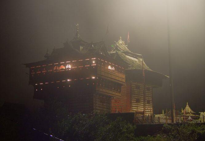ビーマ・カーリー寺院の夜景