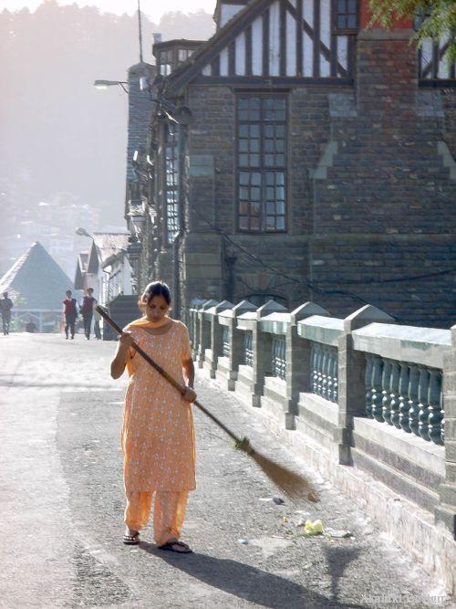 道を掃くインド女性